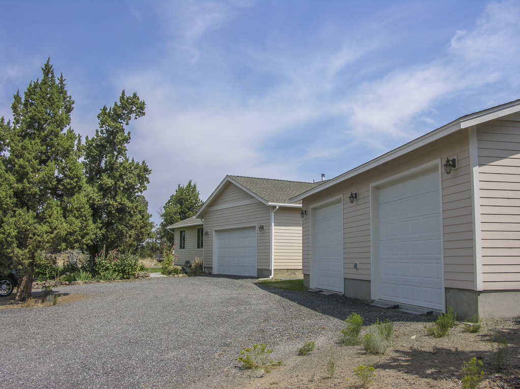 Custom Bend Home and Shop on 5 Acres!
