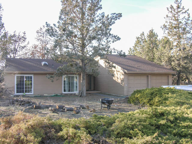 Beautiful single-level home on 8 acre parcel with gorgeous Cascade Mountain views.
