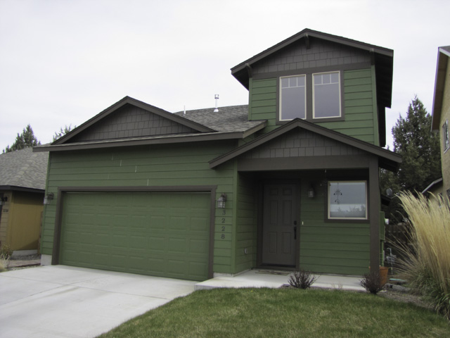 Bright and Beautiful NE Bend home with huge-fenced Backyard!