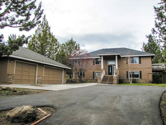 Beautiful large home and lot with detached garage/shop area, in Sundance.